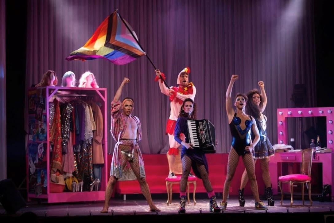 Las chicas del Coro AQUITÀNIA TEATRE